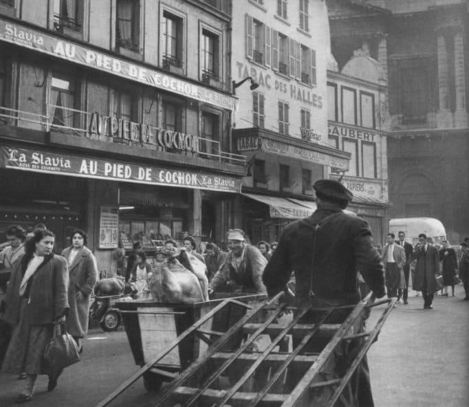 Рынок Les Halles снесли, а вот окружающие его рестораны живы и по сей день. И некоторые из них до сих пор работают круглосуточно. Например, Au Pied de Cochon и Chez Denise.